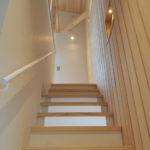 階段から2階へ。