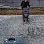砂利を敷き詰めてタッピングランマーで転圧をかける。