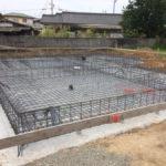 ポリエチレンの防湿シートを全面に被せ『土壌からの湿気を防ぐ為』、鉄筋の段取りを始めます。