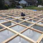 基礎が途中ない部分もあるので構成束を必要な場所に設置。 その上も含めてプレカットされた土台を置いていきます。