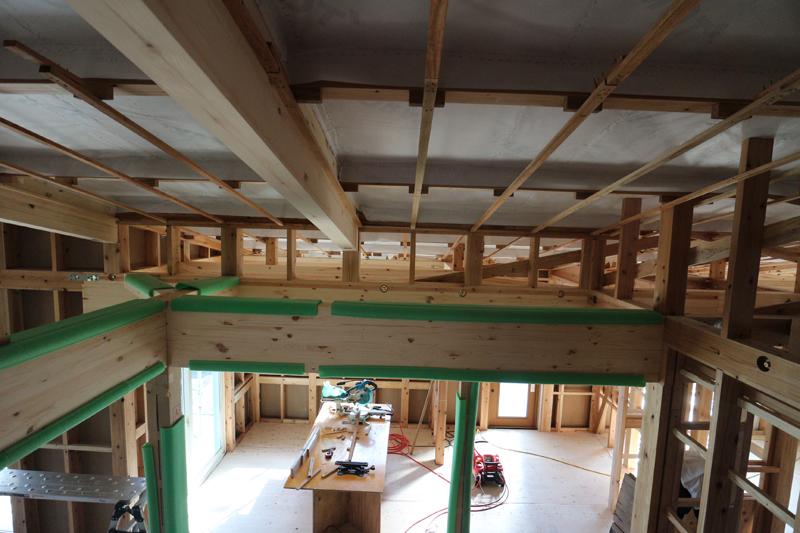 屋根垂木(屋根を支えている下地材)の室内側に透湿防水シートを張り、  断熱材の厚み分の木下地を造っていきます。