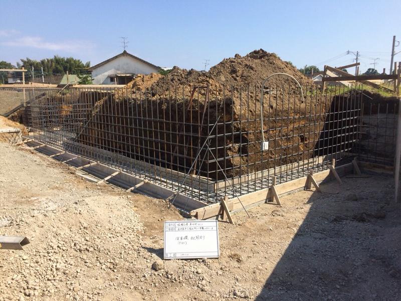コンクリートの擁壁の配筋も終わり、コンクリート打設~養生期間後に型枠を外していきます。