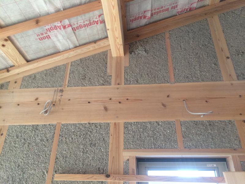 屋根に185m/m壁に105m/mの厚みを吹込にでいます。