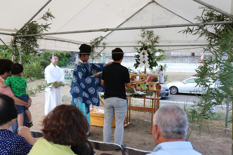 お供え物等の準備も終わり、地鎮祭を執り行いました。