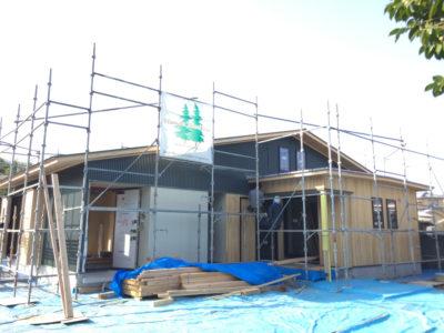 外壁仕上げがガルバリウム鋼板と外壁板張りとサイディング塗装仕上げの組み合わせですので、 大工さんと板金屋さんと仕上げが重なる部分の打合せをしながら進んでいきます。