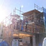 翌日は、天気も良く建て方日和です。 今回は袋小路の敷地で、しかも3階建て。 廻りは家もあり中々難しい工事ですが、順調に進んでいきます。