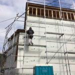 並行して、外壁に構造用面材を施工していきます。