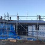 上棟式の無事終わり、外部工事が進んでいます。 今回は平屋ですので、大きな屋根でガルバリウム鋼板の竪平葺きがとても綺麗です。