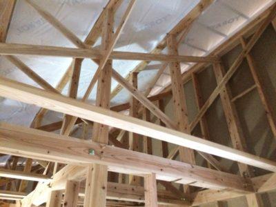 屋根裏になるところにたくさんの斜めの部材がありますが、これは屋根を支える柱(束)  が垂直に立っているのを動かなくするための部材(雲筋交い)です。