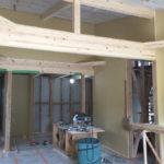 内部も断熱工事が終わり、内部造作工事が進んでいきます。 ここで、樅の木の内装材を搬入。梱包から開けて建物内の環境に慣らします。