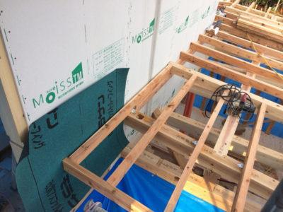ここで注意すべき点は、バルコニーや2階屋根と外壁の接触する部分は 先に構造用面材を張らないといけません。